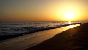 Ήρεμα αργά ικανοποιώντας κύματα που συντρίβουν στην ωκεάνια ακτή ακτών παραλιών άμμου ζαλίζοντας θερμό seascape ηλιοβασιλέματος β απόθεμα βίντεο