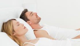 ήρεμα ζευγάρια που κοιμ&om Στοκ εικόνα με δικαίωμα ελεύθερης χρήσης