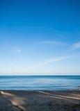 Ήρεμα θάλασσα και σαφής μπλε ουρανός Στοκ εικόνα με δικαίωμα ελεύθερης χρήσης