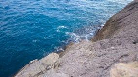 Ήρεμα κύματα θάλασσας που πλένουν ήπια τον τραχύ απότομο βράχο, που καταπλήσσει τη φύση και τη χαλάρωση απόθεμα βίντεο