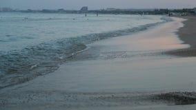 Ήρεμα κύματα στην παραλία, πρωί εν πλω, ανατολή, περιτύλιξη φιλμ μικρού μήκους