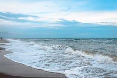 Ήρεμα κύματα στο ωκεάνιο νησί κατά τη διάρκεια της χαμηλής παλίρροιας Στοκ Εικόνα