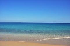 Ήρεμες θάλασσα και παραλία, χαλαρώνοντας υπόβαθρο διακοπών Στοκ φωτογραφία με δικαίωμα ελεύθερης χρήσης