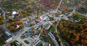 Ήρεμη άποψη βραδιού φθινοπώρου πέρα από το μικρό κέντρο πόλεων στην Ευρώπη του ανατολικού Βορρά με πολλά δέντρα στα χρώματα πτώση φιλμ μικρού μήκους