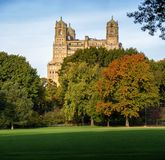 Ήρεμη άποψη φθινοπώρου του κτηρίου Beresford πέρα από το μεγάλο χορτοτάπητα του Central Park στην ανώτερη δυτική πλευρά, Μανχάταν στοκ φωτογραφίες με δικαίωμα ελεύθερης χρήσης