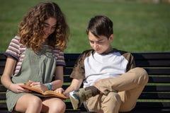 Ήρεμη ανάγνωση στον πάγκο πάρκων στοκ φωτογραφία