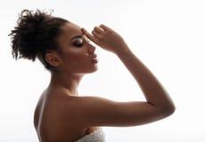 Ήρεμη γυναίκα που παρουσιάζει καθαρό και φροντισμένο δέρμα στοκ φωτογραφία