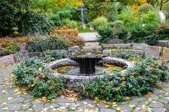 Ήρεμη γωνία με μια μικρή πηγή στον κήπο της εκκλησίας Annunciation που στο πάρκο Petrovsky, Μόσχα, Ρωσία Στοκ φωτογραφία με δικαίωμα ελεύθερης χρήσης
