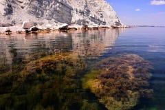 Ήρεμη, δύσκολη ακτή, κατώτατο σημείο της θάλασσας και μπλε ουρανός Στοκ Εικόνες
