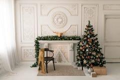 Ήρεμη εικόνα του εσωτερικού κλασικού νέου δέντρου έτους που διακοσμείται σε ένα δωμάτιο με την εστία Στοκ Εικόνες