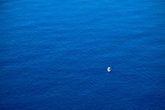 Ήρεμη επίπεδη επιφάνεια της ωκεάνιας και μικρής βάρκας ψαράδων κλίση που αλιεύει το μεσογειακό καθαρό τόνο θάλασσας στοκ φωτογραφίες με δικαίωμα ελεύθερης χρήσης