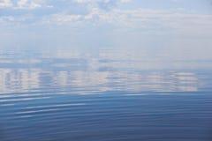 Ήρεμη θάλασσα με το συμπαθητικό μπλε ουρανό στο Κόλπο της Φινλανδίας στη Βαλτική στοκ φωτογραφία