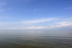 Ήρεμη θάλασσα κάτω από το μπλε ουρανό Στοκ εικόνες με δικαίωμα ελεύθερης χρήσης