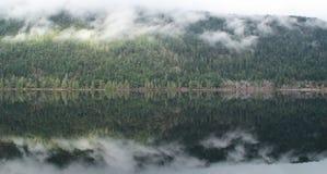 Ήρεμη και ειρηνική λίμνη Στοκ φωτογραφία με δικαίωμα ελεύθερης χρήσης
