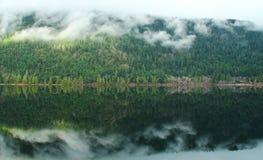 Ήρεμη και ειρηνική λίμνη Στοκ Φωτογραφία