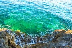 Ήρεμη κυματωγή θάλασσας κοντά στους βράχους Στοκ Φωτογραφία