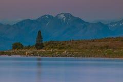 Ήρεμη λίμνη με τη δύσκολη ακτή στοκ φωτογραφία με δικαίωμα ελεύθερης χρήσης