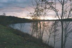 Ήρεμη λίμνη με τις αντανακλάσεις - η εκλεκτής ποιότητας ταινία κοιτάζει Στοκ Φωτογραφίες