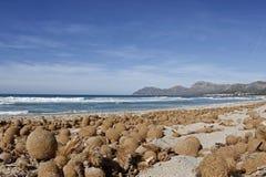 Ήρεμη μεσογειακή παραλία με το μπλε ουρανό και την ήρεμη θάλασσα Στοκ εικόνα με δικαίωμα ελεύθερης χρήσης
