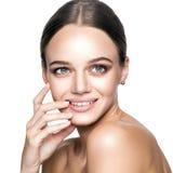 Ήρεμη ομορφιά Πορτρέτο της όμορφης νέας ξανθής γυναίκας με το nude makeup, τα μπλε μάτια, hairstyle και το καθαρό πρόσωπο Στοκ φωτογραφίες με δικαίωμα ελεύθερης χρήσης