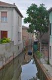 Ήρεμη οδός με το κανάλι στα ιταλικά πόλη Camaccio Στοκ φωτογραφία με δικαίωμα ελεύθερης χρήσης