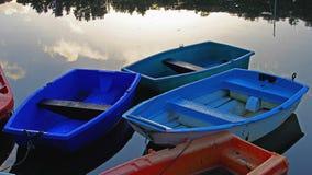 Ήρεμη σκηνή ξημερωμάτων με τις βάρκες σειρών Στοκ Εικόνα