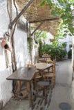 Ήρεμη στενή πάροδος με το πεζούλι εστιατορίων Capileira στην πόλη επιφυλακτικότητας στοκ εικόνες