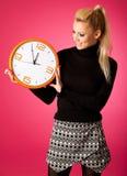 Ήρεμη χαμογελώντας γυναίκα με το μεγάλο πορτοκαλί ρολόι που καμία βιασύνη, enou στοκ εικόνα