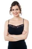 Ήρεμη όμορφη χαμογελώντας γυναίκα στην ενδυμασία ένδυσης κομμάτων Στοκ εικόνες με δικαίωμα ελεύθερης χρήσης