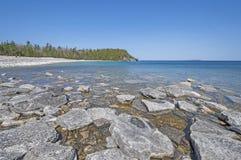 Ήρεμοι νερά και βράχοι σε ένα μακρινό Lakeshore στοκ φωτογραφία με δικαίωμα ελεύθερης χρήσης