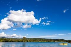 Ήρεμοι ποταμός και γυναίκα Kayaking Στοκ φωτογραφία με δικαίωμα ελεύθερης χρήσης