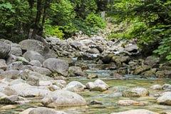 Ήρεμοι ποταμός και πέτρες Στοκ εικόνα με δικαίωμα ελεύθερης χρήσης