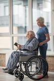 Ήρεμοι συνταξιούχοι που ξοδεύουν το χρόνο μαζί στο σπίτι Στοκ εικόνες με δικαίωμα ελεύθερης χρήσης