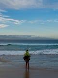Ήρεμος ήρεμος ψαράς με τον ωκεάνιο ορίζοντα στοκ εικόνες