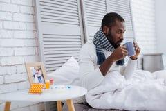 Ήρεμος αρμόδιος ασθενής που πίνει το καυτό τσάι Στοκ εικόνα με δικαίωμα ελεύθερης χρήσης