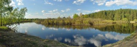 Ήρεμος δασικός ποταμός πανοράματος Μαΐου Στοκ φωτογραφίες με δικαίωμα ελεύθερης χρήσης