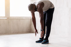 Ήρεμος αφρικανικός μυϊκός τύπος που κάνει τις ασκήσεις προθέρμανσης Στοκ φωτογραφία με δικαίωμα ελεύθερης χρήσης