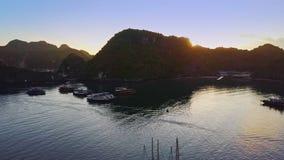 Ήρεμος κόλπος με τα μεγάλα δύσκολα νησιά ενάντια στην όμορφη ανατολή απόθεμα βίντεο