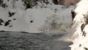 Ήρεμος κόλπος του χειμερινού ποταμού με τις υψηλούς τράπεζες και τους καταρράκτες χιονιού απόθεμα βίντεο