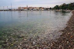 Ήρεμος κόλπος θάλασσας κοντά στην παλαιά πόλη σε Budva, Μαυροβούνιο Στοκ Εικόνες
