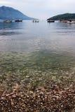 Ήρεμος κόλπος θάλασσας με τις βάρκες και τα βουνά Στοκ εικόνες με δικαίωμα ελεύθερης χρήσης