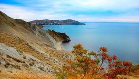 Ήρεμος κόλπος το Σεπτέμβριο, ακτή Μαύρης Θάλασσας, Κριμαία Στοκ Εικόνες
