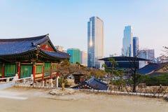 Ήρεμος ναός με τα κτίρια γραφείων στο υπόβαθρο στη Σεούλ στοκ εικόνες