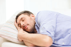 Ήρεμος νεαρός άνδρας που βρίσκεται στον καναπέ στο σπίτι στοκ φωτογραφίες με δικαίωμα ελεύθερης χρήσης