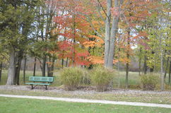 Ήρεμος πάγκος στο πάρκο Στοκ φωτογραφία με δικαίωμα ελεύθερης χρήσης
