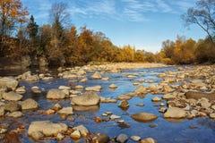 Ήρεμος πετρώδης ποταμός βουνών στα τέλη του φθινοπώρου στοκ εικόνες
