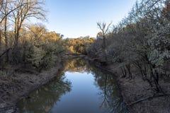 Ήρεμος ποταμός αμέσως πριν από το ηλιοβασίλεμα στοκ εικόνα με δικαίωμα ελεύθερης χρήσης