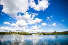 Ήρεμος ποταμός και καταπληκτικός μπλε ουρανός Στοκ Εικόνες