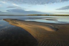 Ήρεμος ποταμός πρωινού και το alluvium άμμου στοκ εικόνες με δικαίωμα ελεύθερης χρήσης