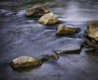 Ήρεμος ποταμός φθινοπώρου με τις πέτρες στοκ φωτογραφία με δικαίωμα ελεύθερης χρήσης